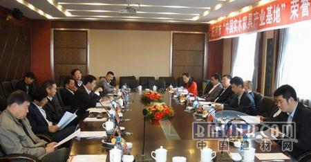 大连华丰家具有限公司何云峰董事长和谢杰忠副总经理