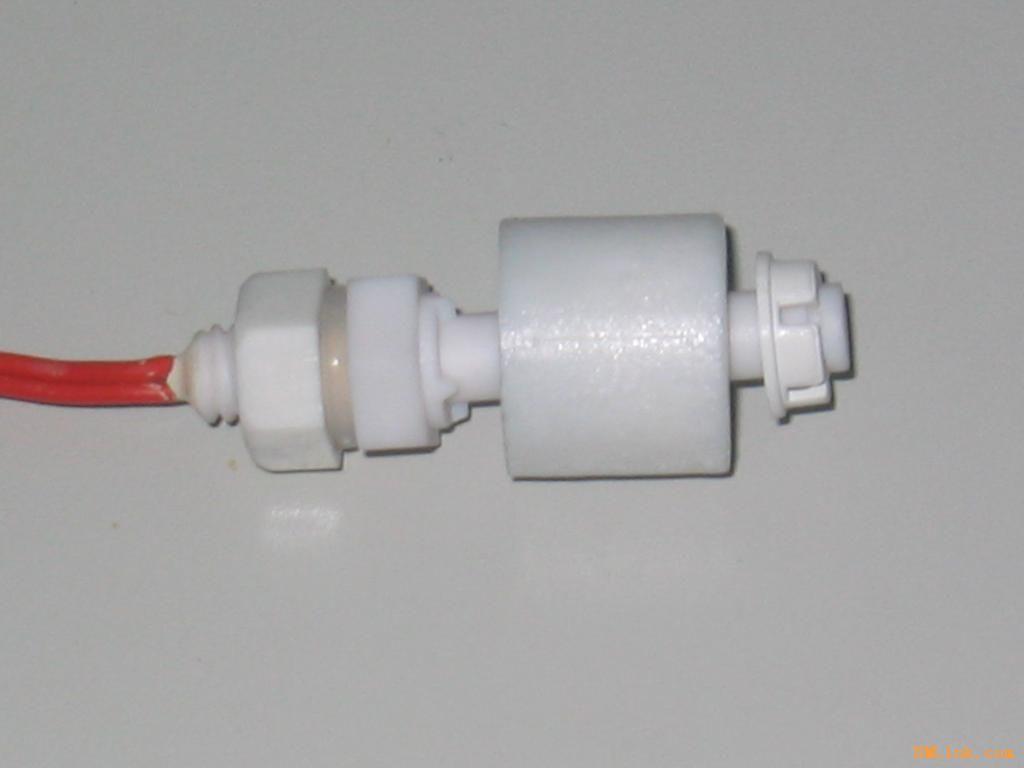 不銹鋼液位開關SUS304或SUS316不銹鋼導桿,螺母,SUS316不銹鋼浮球,耐高溫150度,耐壓2.0Mpa,可控制電磁閥,水泵,或作缺水保護,溢水報警。液位開關有單點控制和多點控制。 液位開關主要有內裝舌簧管開關的導桿與帶磁鋼的浮球組成,當浮球隨著被測液位/界面上升或下降時,浮球內永磁體產生的磁場驅動舌簧開關動作,實現開關動作。因開關完全與外界隔離,故具有使用壽命長,具有防爆,耐蝕性能等特點。 標準長度或用戶自定義長度。公司提供幾十種單點,多點液位開關。有全塑外殼,不銹鋼外殼等多種規格供選擇。長度