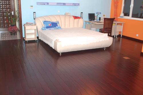 曲线地板铺装后整体感很自然舒适