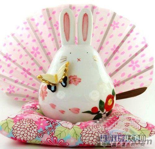 眯眼微笑2011兔子家居装饰招财猫双手高举金运招财牌,乘着装满奇珍异