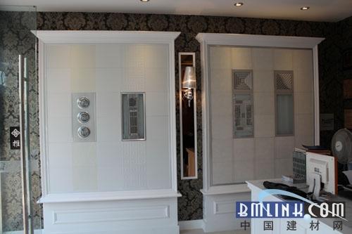 黑字白底作为门店门头,配合世纪豪门集成吊顶形象代言人靓丽
