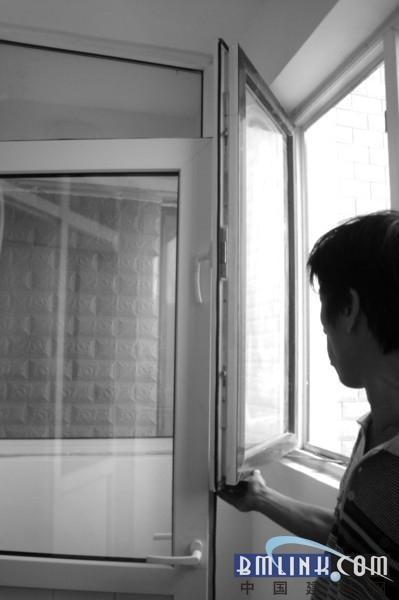 """""""阳台的窗户和卧室与阳台之间的门同时打不开,不然就撞到一起了,开窗"""