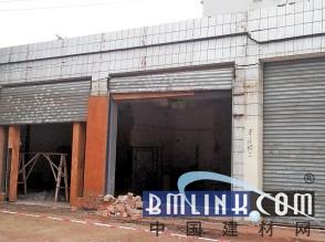 装修施工人员违规拆除承重墙 三间店铺轰然倒塌