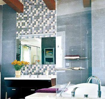 带有明窗的浴室最适合设计成与卧室相连的开放式空间,由浴室窗户进来