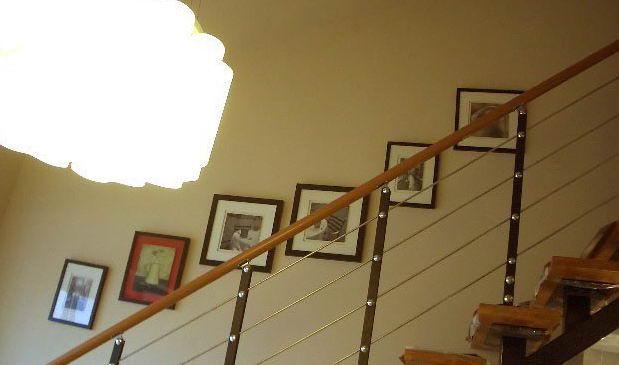 个性楼梯 演绎时尚家居风情   在现代装修材料中,木质建材尤其是木地板 深为大众所青睐。行业随着国民经济的快速发展和人民生活水平的不断提高,我国木地板行业也得到突飞猛进的发展。木地板以自然温馨、高贵典雅、冬暖夏凉和脚感舒适等突出优势,成为千家万户装饰装修地面的首选材料之一。早期木地板的用材主要是较易获取的树种(如松树),多数采用做家具 所剩的边角料,就地取材,加工成小木块,无企口、不油漆,直接铺设。随着生产技术的提高,人们采用了地板上开企口的方式,增加木条间的紧密度,以防渗水;此后又增加了在工厂流水线上